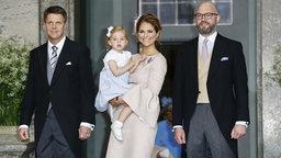 Prinzessin Madeleine posiert mit Töchterchen Leonore und den Taufpaten Oscar Magnuson (rechts) und Hans Åström (links) bei der Taufe von Prinz Oscar für Fotografen. © Picture-Alliance / IBL Schweden Fotograf: Charles Hammarsten