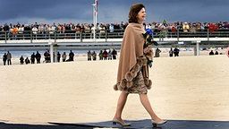 16. Oktober 2006: Königin Silvia am Strand von Ahlbeck auf Usedom © dpa - Report