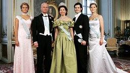 30. April 2006: Prinzessin Madeleine, König Carl Gustaf, Königin Silvia, Prinz Carl Philip und Kronprinzessin Victoria posieren für das Geburtstagsfoto. © dpa - Report