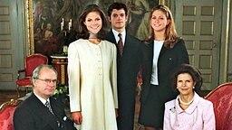 Victoria mit ihren Geschwistern Carl Philip und Madeleine und Eltern Carl Gustaf und Silvia. © dpa - Bildarchiv