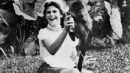Jugend in Brasilien: In einer Meisje-Tracht spielt Silvia von Schweden 1970 mit einem Affen © Picture-Alliance / dpa / Pressensbild
