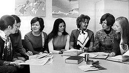 Zusammen mit anderen jungen Frauen bereitet sich Silvia Sommerlath (Mitte) 1971 auf ihre Aufgabe als Hostess bei den Olympischen Spielen in München vor © Picture-Alliance / dpa Foto: Hartmut Reeh