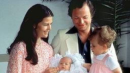 König Carl Gustaf, Königin Silvia und Prinzessin Victoria mit dem neugeborenen Prinz Carl Philip im Jahr 1979 © Picture-Alliance / dpa