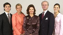 23. Dezember 2003: Kronprinzessin Victoria (rechts), König Carl XVI. Gustaf, Silvia, Prinzessin Madeleine und Prinz Carl Philip posieren für ein offizielles Geburtstagsfoto der Königin. © Picture-Alliance / Scanpix