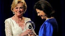 Liz Mohn überreicht Königin Silvia den Steiger Award. © dpa Bildfunk Foto: Henning Kaiser