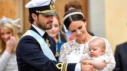 Prinz Carl Philip und Prinzessin Sofia mit ihrem Sohn Alexander © dpa-Bildfunk Fotograf: Anders Wiklund