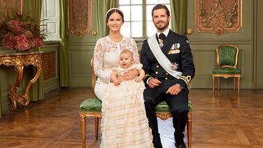 Prinzessin Sofia und Prinz Carl Philip posieren mit ihrem Sohn Alexander für ein offizielles Taufbild. © Kungahuset.se/ The Royal Court, Sweden Fotograf: Mattias Edwall