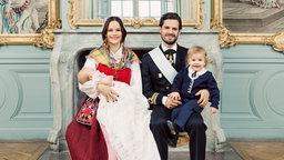 Offizielles Foto zur Taufe von Prinz Gabriel: Prinzessin Sofia und Prinz Carl Philip von Schweden halten ihre Kinder - Prinz Gabriel und Prinz Alexander - im Arm. © Royal Court, Sweden Fotograf: Erika Gerdemark