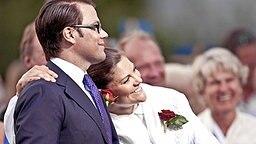 Victoria und ihr Verlobter Daniel Westling bei einem Konzert, das  in der Stadt Borgholm auf der Insel Öland zu Ehren des 32. Geburtstags der Kronprinzessin ausgerichtet wird. © dpa - Bildfunk