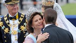 19. Juni 2010: Königin Silvia umarmt ihren Schwiegersohn Daniel Westling nach der Hochzeit mit Kronprinzessin Victoria. © dpa Foto: Frank May