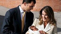 7. November 2005: Kronprinz Felipe und Letizia verlassen nach der Geburt mit Tochter Leonor das Krankenhaus © Picture-Alliance / dpa / EFE Fotograf: Hidalgo