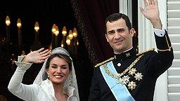22. Mai 2004: Kronprinz Felipe und Letizia winken nach ihrer Trauung vom Balkon der Königspalastes in Madrid © Picture-Alliance / dpa Fotograf: Frank Rumpenhorst