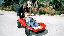 September 1972: Boxenstopp im königlichen Garten - König Juan Carlos I. leistet Starthilfe für Nachwuchsrennfahrer Prinz Felipe, Foto: Picture-Alliance / dpa © Picture-Alliance / dpa