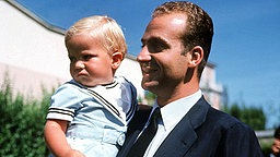 Juni 1969: Kronprinz Felipe auf dem Arm seines Vaters Juan Carlos © Picture-Alliance / dpa Fotograf: Ballesteros