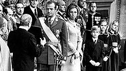22. November 1975: König Juan Carlos I. schwört bei seiner Thronbesteigung einen Eid auf die Verfassung. Begleitet wird er von Gattin Sofia und den Kindern Felipe, Elena und Christina © Picture-Allaince / dpa / EFE