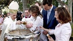 Erzbischof Antonio Maria Rouco-Varela tauft Sofia mit Wasser aus dem Jordan, rechts im Bild Großmutter und Taufpatin Paloma Rocasolano © Picture-Alliance / dpa Fotograf: Angel Diaz