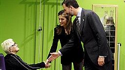 Kronprinz Felipe und Ehefrau Letizia schütteln einer Dame im Altersheim die Hand © imago stock & people