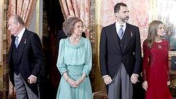 König Juan Carlos, Königin Sofia, Kronprinz Felipe und Ehefrau Letizia bei einem diplomatischen Empfang am 23.01.2013 © imago stock & people