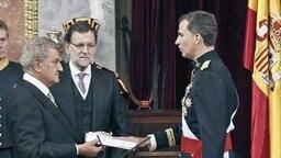 Spaniens neuer König Felipe VI. (r.). legt im Parlament in Madrid den Amtseid ab. © dpa - Bildfunk Fotograf: Paco Campos
