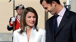 6. November 2003: Kronprinz Felipe und die ehemalige Fernsehjournalistin Letizia Ortiz lächeln sich nach ihrer Verlobung im Palacio Real El Pardo bei Madrid an © Picture-Alliance / dpa Fotograf: Rumpenhorst
