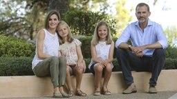 Der spanische König Felipe, seine Frau Letizia und die Töchter Leonor und Sofia im Urlaub auf der Insel Mallorca. © dpa - Bildfunk Fotograf: Ballesteros