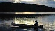 Kanu auf einem See im schwedischen Naturreservat Glaskogen © NDR