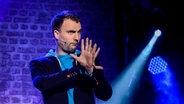 Das Foto zeigt Christoph Köhler auf der Bühne beim NDR Comedy Contest. © NDR Fotograf: Benjamin Hüllenkremer