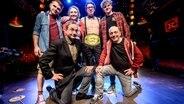 Die Teilnehmer des NDR Comedy Contest mit dem Sieger Pascal Franke auf der Bühne im Hamburger Knust. © NDR Fotograf: Benjamin Hüllenkremer