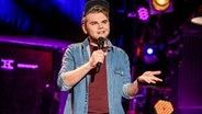 Jamie Wierzbicki auf der Bühne des NDR Comedy Contest. © NDR Fotograf: Benjamin Hüllenkremer