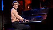 Pascal Franke singt und spielt Klavier. © NDR Fotograf: Benjamin Hüllenkremer
