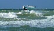 Surfer auf der sonnigen Ostsee © NDR Foto: Christian Pagenkopf aus Rostock