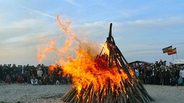 Osterfeuer am Strand von Warnemünde. Foto: Christel Pekram, Domsühl. | Bilderaktion/Nordmagazin