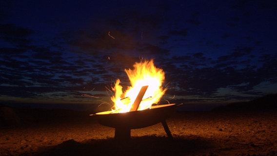 Für Robert Ott von der Insel Hiddensee steht sein Foto für den Trend dieses Sommers: Lagerfeuer am Strand. © NDR Foto: Robert Ott von der Insel Hiddensee