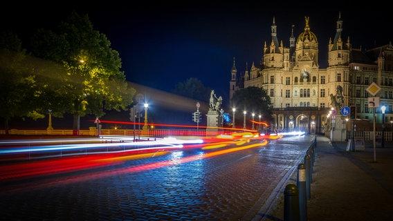 Rücklichter von Autos vor dem Schweriner Schloss bei Nacht © NDR Fotograf: Oliver Reinhold aus Gadebusch
