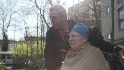 Alex Kienscherf (l.) und seine Frau. © NDR Foto: Screenshot