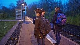 Jugendliche stehen an einem Bahnsteig und warten auf einen Zug. © NDR Foto: Screenshot