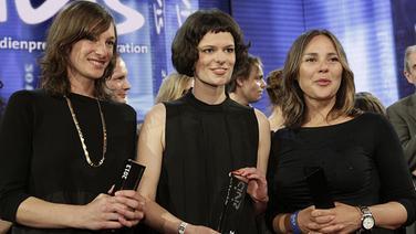 Preisträgerinnen Anna Orth, Anne Ruprecht und Djamila Benkhelouf bei der Verleihung des Civis-Medienpreises 2013. © WDR Foto: Herby Sachs