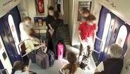 Passagiere stehen im Metronom von Hamburg nach Uelzen. © NDR Foto: Screenshot