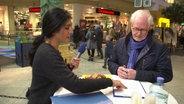 Esra Özer (l.) bei einer Umfrage © NDR Fotograf: Screenshot