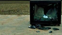 Ein defekter Röhrenfernseher steht auf einem Feldweg. © Photocase Foto: Kallejipp