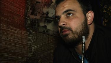Rami sitzt mit einer Schischa in einem Restaurant. © NDR Foto: NDR