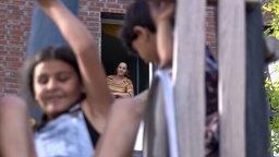 Zwei Kinder auf einer Rutsche, eine Frau im Hintergrund © NDR Fotograf: Screenshot
