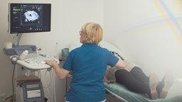Christine Mau-Florek untersucht eine Patientin © NDR Foto: Screenshot