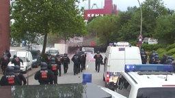 """Polizisten und Demonstranten treffen am """"Rondenbarg"""" aufeinander. © NDR"""
