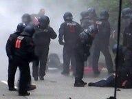Polizei bringt G20 Demonstranten zu Boden