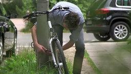 Mann an einem Fahrrad © NDR Foto: NDR