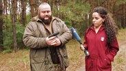 Ein Mitglied der ungarischen Bürgerwehr zeigt seine Waffe.