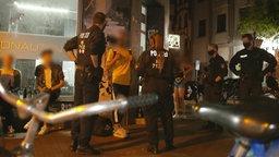 Polizist*innen sprechen mit Jugendlichen in Hannover © NDR Foto: Screenshot