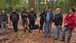 """Eine Gruppe von """"Preppern"""" bereitet sich im Wald auf das Überleben im Falle eines staatlichen Zusammenbruchs vor. © NDR"""