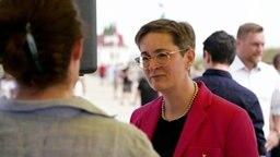 Karoline Preisler von der FDP  (Hintergrund) im Gespräch mit einer Frau © NDR Foto: Screenshot